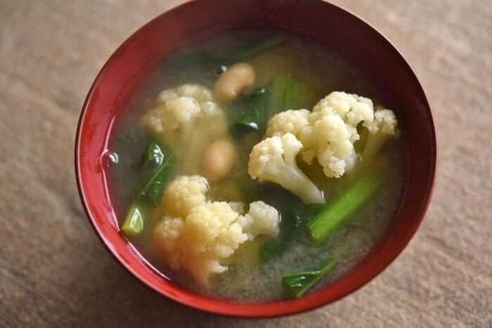ほっこりとした食感のカリフラワーが入ったボリューミーなみそ汁。蒸し大豆は油揚げなどに替えてもOKです。