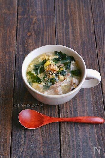 豚こまに片栗粉をあらかじめまぶしてから煮て、やわらかく仕上げます。豆もやしの食感が良い、具材たっぷりなスープです。