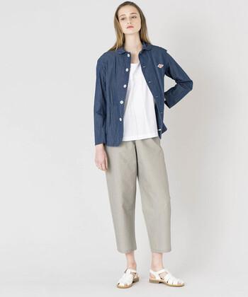 丸襟のキュートなイメージとデニムのカジュアル感が、大人のカジュアルスタイルにちょうどいい。シンプルに着こなしてもサマになるのは、バランスのいい着丈のおかげ。