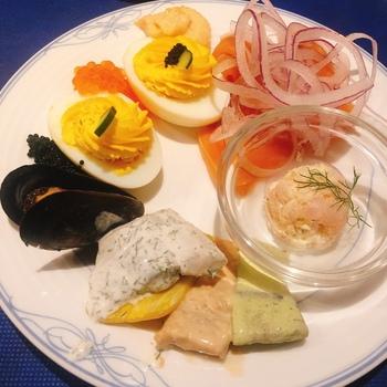 ニシンやチーズなど、スウェーデンの伝統料理を少しずつ食べられるのが魅力。冷製や温製、パンやデザートなどバリエーションが豊富で、北欧旅行気分を味わえます。