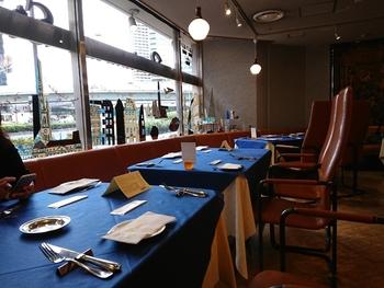 お料理はもちろん、内装にもこだわっています。座り心地を重視したオーダーメイドの椅子や、オリジナルのテーブルクロスは、ほど良くカジュアルで青や白、黄色の北欧カラーが店内を明るく演出しています。