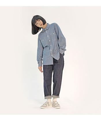 ボーイッシュなシャツに、ゆったりしたパンツのメンズライクな組み合わせ。ライトグレー、ライトブルー、ネイビーで淡い印象にすることで、どこか女の子らしい柔らかさが残ります。さらに、べルクロタイプのスニーカーにすることで、だらしない印象になりません。