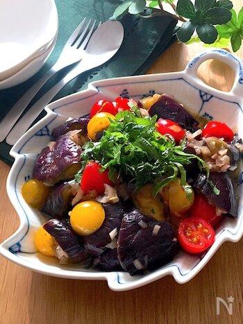 焼いた茄子を、甘みのある黒酢でマリネする一品。フレッシュなトマトと大葉の風味がアクセント。黒酢のしっかりとしたコクと酸味は、軽めの赤ワインや白ワインにもぴったりです。