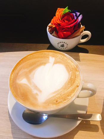 北欧直輸入の焙煎豆を使ったコーヒーは、フルーティーで飲みやすいのが特徴。というのも、フィンランドは1日6~7杯もコーヒーを飲むと言われるほどのコーヒー大国。濃いものよりも浅煎りのほうが好まれていて、本場の味を楽しめますよ。