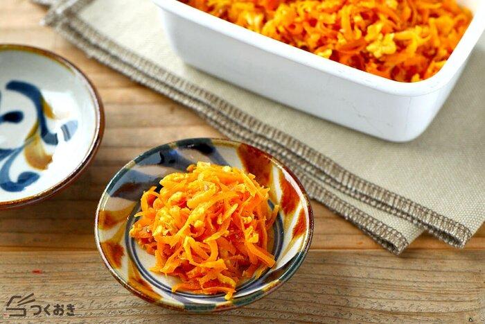 沖縄の郷土料理でもあるにんじんしりしり。鮮やかなにんじんの色合いは、いろんな料理の付け合わせに使えそう。食卓を彩り豊かにしてくれます。<作り置き:冷蔵で4日>
