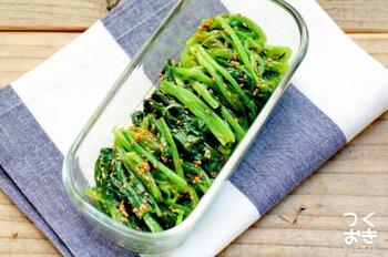ゆでた小松菜に調味料を和えて、簡単ナムルの出来上がり。ごま油やにんにくの香りが食欲をそそります。しっかりと水気を切って、水っぽくならないように仕上げましょう。<作り置き:冷蔵で4日>