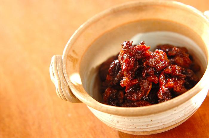 牛すじを味噌でじっくり煮込んでとろとろにする、濃厚な味わいの牛すじ煮込み。和食はあっさりした料理が多く、赤ワインと合わせにくいと言われますが、こちらのレシピなら濃厚さが赤ワインにもマッチします♪
