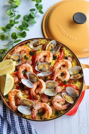 魚介を使ってメイン料理をつくりたい時には、フライパンや鍋で気軽に作れるパエリアはいかが?魚介のうまみたっぷりで色も鮮やかなパエリアは、特別な日やパーティーの時にもテーブルの主役になってくれます。