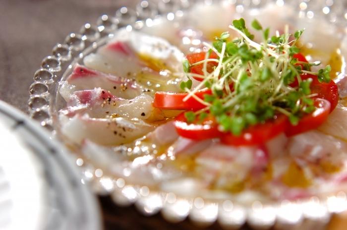 ワインに生魚を合わせる時は、オリーブオイルをたっぷりかけたカルパッチョで。鯛のほか、ひらめなどの白身魚や、ホタテやエビなどを使えば、白ワインに合う間違いないおつまみになります。
