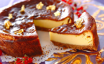濃厚なチーズケーキなら、濃い赤ワインや甘みの強い極甘口の白ワインと合わせても、味わいが負けません。甘さを調節して控えめにすると、さらにお酒好きさんに喜ばれるかもしれませんね♪