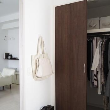 無印の「壁に付けられる家具」のフックを使えば、石膏ボードを使った壁ならどこでも好きなところにカバンを吊るすことができます。