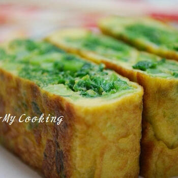 青菜を芯に巻く卵焼きは定番ですが、菜の花を使えるのは期間限定のお楽しみ。手軽な顆粒だしを使っていますが、出汁を合わせる事で味付けのバランスがよくなり、青菜がよりおいしく食べられます。