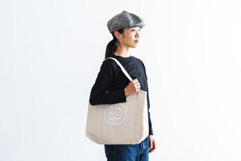 ブルーのほか、キナリの白地もありますよ。  イヤマのバッグは大人カジュアルなおしゃれコーデと相性抜群。もともとはショッピングバッグとして作られたものですが、荷物の多い赤ちゃん用バッグとして使っても、大活躍しますよ。