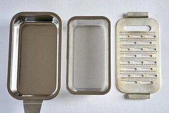 おろし金はその名の通り金属製の物が多く売られていますが、受け皿はプラスチック製がほとんど。「大矢製作所」の受け皿付きおろし金は全て金属製。受け皿と中皿がステンレス、おろし金部分は銅製になっています。
