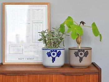 リサ・ラーソンがデザインを手掛け、波佐見焼メーカー西山陶器が製作した鉢カバー。お色はブルーとブラウンの2色展開です。柔らかく温かみのあるリサ・ラーソンならではのデザインですね。