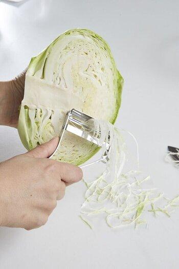 高級包丁で使われている鋼材を刃に使用。力を入れずとも使える切れ味を追求しています。幅が広いのでキャベツの千切りにも。