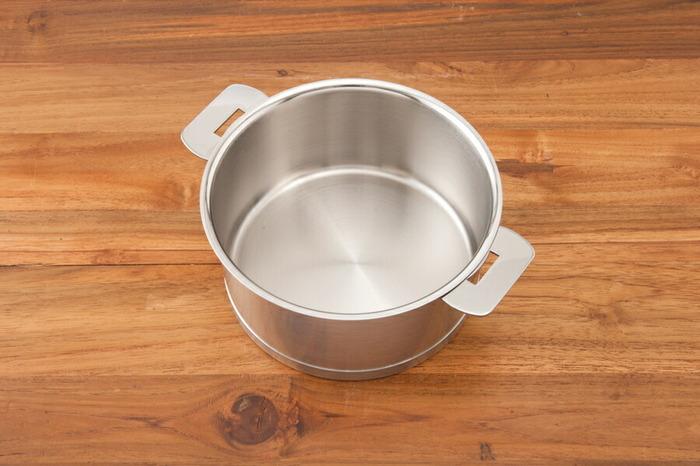 こちらは傷や汚れが目立たないマッドなヘアアイロン仕上げがスタイリッシュなエルシリーズ。これひとつで煮る・炒める・茹でる・炊く・揚げる・蒸す・オーブン調理が可能。多機能なステンレス製の鍋は一生モノの道具として迎え入れたいですね。