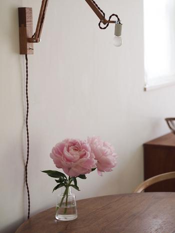 ここからは、お花をお部屋に取り入れた素敵な実例を紹介します。生花をはじめ、フェイクやドライフラワーを使ったアイデアもご紹介。さまざまな花器との組み合わせ方もぜひ参考にしてくださいね。