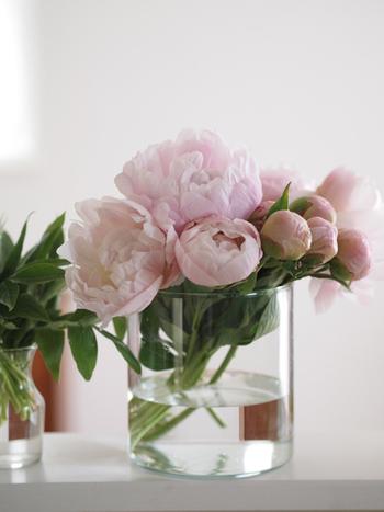 お花は色や形を愛でたり、香りを楽しんだりとさまざまな楽しみ方がありますが、インテリア性をアップするアイテムとしても最適。お花があるだけで華やかな空間になり、お部屋のアクセントにもなりますよ。