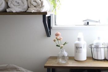 100均のフェイクフラワーを空き瓶に挿して洗面所に♪とっても気軽にお花を楽しめる方法です。フェイクなら管理も要らないので、どんな場所にも置きやすいのがメリット。