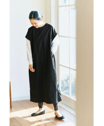 黒のワンピースの下にシャツを重ね着しているような、レイヤード風のワンピースです。ゆったりラフなシルエットなのに、こだわりのデザインでおしゃれ度は抜群。一枚で着るだけでトレンド感たっぷりな大人コーデが完成します。