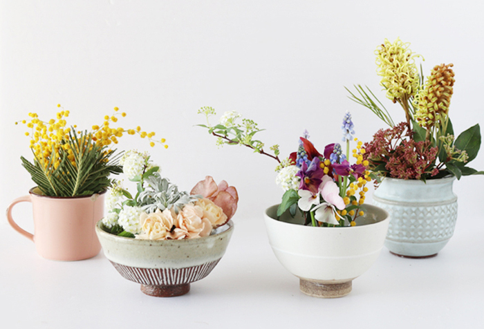 お茶碗やマグカップを花器にした実例です。こちらでは割れたり欠けたりして使えなくなった食器を利用しています。お気に入りの食器が欠けてしまった時の救済アイデアにおすすめ!食器の中にオアシス入れて活けているので、生け花のような美しさがありますね。