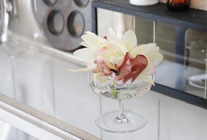花びらにボリュームのあるお花を思い切って茎を短くカットし、グラスに活けたアイデア。広口のグラスにふんわりと盛ると、とっても華やかですね。背が低いのでテーブルの上にも飾りやすく、おもてなしの時にぴったりです。