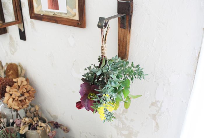 生花をスワッグにしてドライフラワーに。鮮やかな色からだんだんとドライになっていく様子を楽しめます。変化していくのを見られるように、よく目に付く場所に飾っておくのがおすすめです。