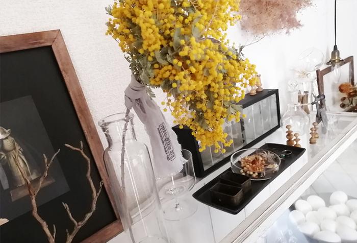 ドライフラワーは生花よりも長く楽しめ、自分で作れる魅力もあります。生花を買ってきてドライにすれば、乾燥させている間もインテリアの一部に。壁や高いところなど、生花なら置きにくい場所に飾りやすいのも◎