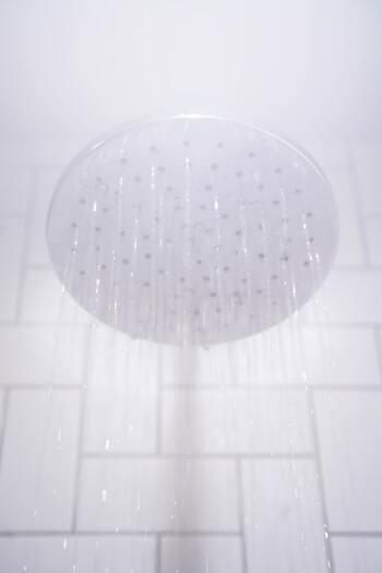 絶妙なベージュカラーを長持ちさせるには、熱めのシャワーは避けましょう。カラーの後は、キューティクルが開いている場合があるため熱いお湯だとせっかくのカラーが早く流出してしまいます。ぬるめの温度で洗うことによって、カラー落ちが少なくすみ、きれいをキープすることができますよ。