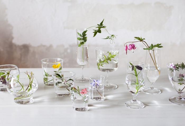 グラスやコップを使って1輪1輪挿すのもおすすめです。カウンターや窓際などに並べて飾ると素敵なディスプレイコーナーに。透明グラスで揃えることで、形が違うグラスでも統一感が出せます。