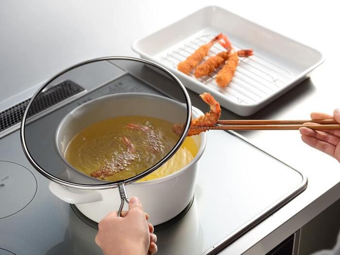 揚げ物をする際の油ハネが苦手という方は多いですよね。調理後の掃除も面倒で、揚げ物を敬遠してしまうという方も少なくないはず。そんな方におすすめなのが、油ハネを防いでくれるカバーなんです。調理の際にサッとかぶせておくだけで油ハネを軽減。鍋にもフライパンにも使えるので、揚げ物だけでなくステーキやソースづくりなどにも役立ちます。