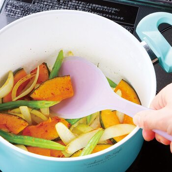 穴ナシのスプーンは、炒めたりすくったりヘラとしてひっくり返したりもできちゃいます。シリコン素材なので、鍋屋フライパンを傷つけにくいのもうれしいポイントですね。