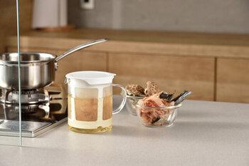 料理やみそ汁のためにだしを頻繁にとるご家庭なら、だしポットがあるととても便利です。大きなストレーナーとポットがセットになっていて、電子レンジで温めるだけでだしがとれちゃいます。注ぎ口もついているので、料理にも使いやすいですよ。