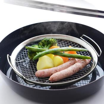 フライパンで、手軽に蒸し料理ができる専用の蒸しかごです。フラットな作りで、前面にしっかりと熱が通る仕様が人気の秘密。水を張ったプライパンに乗せるだけで、蒸し野菜や中華まん、シュウマイなどなどさまざまな蒸し料理を美味しく仕上げてくれます。