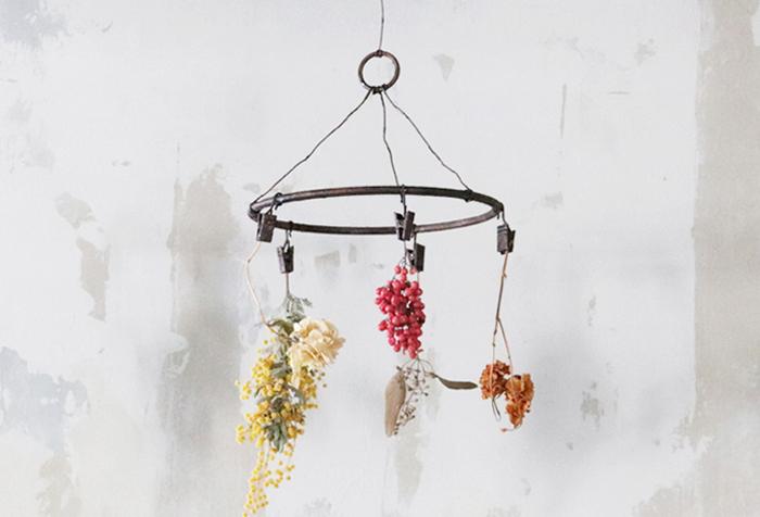 ドライフラワーをピンチハンガーで吊るすと、空間にアクセントが生まれます。生花とは違う飾り方を楽しめるのもドライフラワーならでは。写真やポストカードなどと一緒に吊るすものいいですね。