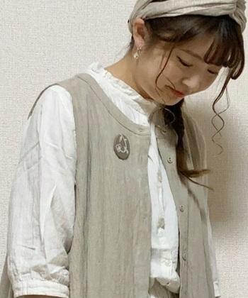 シャツでもベストでもワンピースでも、刺繍ブローチひとつでぐっと印象が変わりますね。その日の気分でつけ替えられるのも素敵。