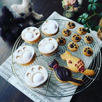 クッキーに肉球が登場!肉球のモチーフは、丸い形がクッキーのイメージにぴったりですね。クッキーが焼けたら、マシュマロを挟んでふんわりさせるひと工夫も!マシュマロのぷにぷに感も肉球らしくてかわいいですね♪
