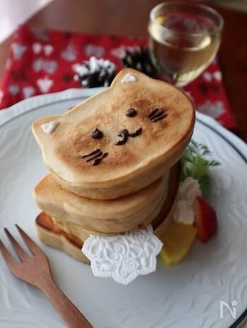 パンケーキもネコの形にすれば、いつもとはまた違う楽しみが。ネコの形のパンケーキ用の型を探してみましょう。もしない場合は、焼いてからネコ型に切ってもOK。チョコペンなどで顔を描けばとっても楽しいパンケーキタイムになりますよ♪