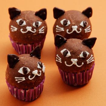 黒猫の雰囲気がとっても上手に表現されていますね♪食べやすいプチパンです。市販のミックス粉やホームベーカリーを使ったレシピなので、パンに慣れていない方でも作りやすいでしょう。ネコの耳は、耳の形にチョコレートを固めてさらにチョコで接着しています♪