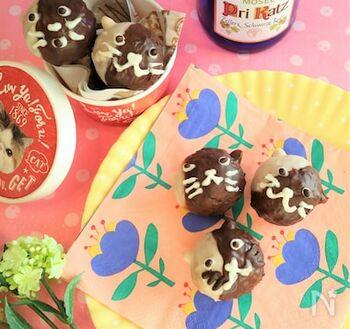 ころんとした形がとってもカワイイ、ネコのドーナツです。ホットケーキミックスを使うので、生地作りは簡単。まんまるドーナツを作ってから、デコレーションしていきましょう。耳にはバターピーナッツをさして、チョコレートとホワイトチョコレートを使い分けてコーティングしていきます♪