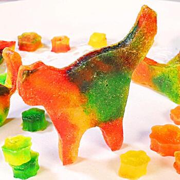 こちらはちょっぴり変わり種のレシピ。ネコの形をした琥珀糖です。お砂糖と寒天と水などで作り、色付けには食紅を利用しています。結晶化するまで約1週間ほど乾燥させるひと手間はかかりますが、できたときの喜びはひとしお♪クッキーに使うネコの抜き型で作ってみましょう。
