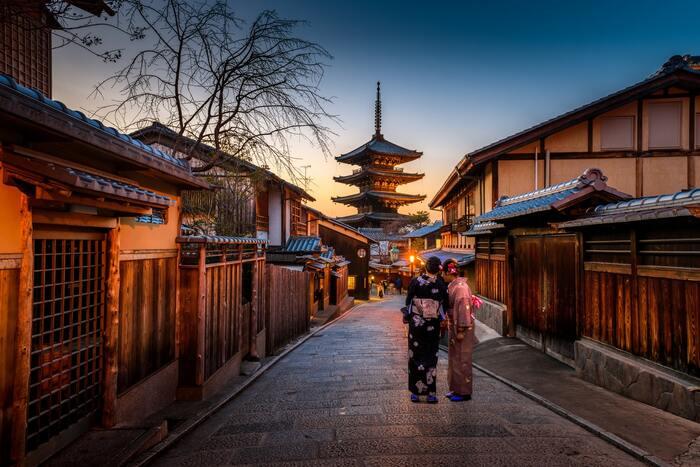 京都・観光文化検定にはほかの検定とはちょっと違うメリットもあるんですよ。  なんと合格者は京都府内の施設が優待価格で利用できるんです!ミュージアムの入場料の割引やホテルの宿泊、レストランの割引なども受けられます。ホテルの宿泊料が30%引きになるところもあり、とてもオトクですよね。京都好きな人には特におすすめの検定です!