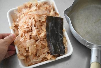 まず昆布出汁をとった後、調味料とかつお節を加えて煮出せば出来上がり。かつお節を漉す時、箸で押さえてつゆを出し切るのがポイントです。