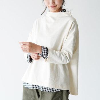 インナーにシャツを着ても、また雰囲気の違ったコーデを楽しむことができますよ。コーデに取り入れやすいモノトーンのベーシックカラーは、どんなパンツとも相性抜群。