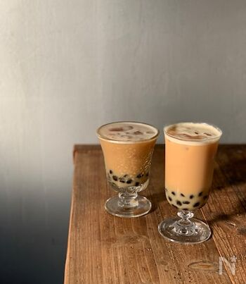 日本でも人気な「珍珠奶茶(ジェンズーナイチャー)」(タピオカミルクティー)。インスタントタピオカを使えば、手軽に作れるんです。濃いめのアッサムティーに、きび砂糖で作ったシロップとミルクを入れてよく混ぜ合わせます。タピオカの上にたっぷり注げば完成◎