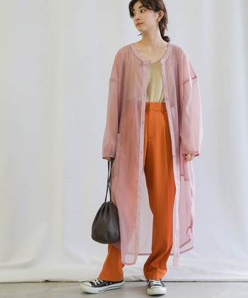 ロング丈のワンピシャツは、春のアウター感覚で羽織ると素敵。シースルーのオーガンジー素材は、春風が吹くたび軽やかな動きを見せてくれますよ。