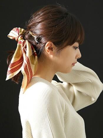 夏の季節に最も出番が多くなるのは、やっぱりまとめ髪ですよね。こんな風に何気なくまとめたスタイルも、スカーフ一枚で、夏らしく華やいだ雰囲気になります。