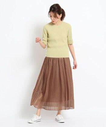 スカートの裾がシースルーになっているので、ロング丈でも軽やかなコーデに仕上がります。春らしいキレイ色をトップスに組み合わせることで、季節感がアップしますよ。