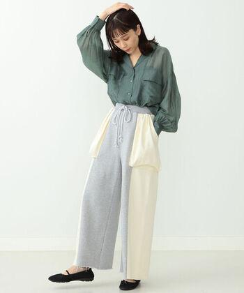 オープンカラーでメンズライクなデザインのシャツも、シースルーでスッキリとした爽やかさが漂います。ボリューム袖で女性らしい雰囲気も残しているので、シンプルな組み合わせでもオシャレ。